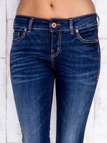 Ciemnoniebieskie jeansowe spodnie slim z przetarciami                                  zdj.                                  4
