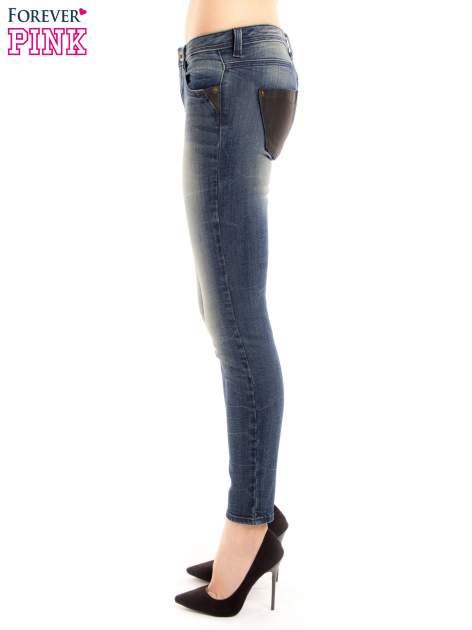 Ciemnoniebieskie jeansy rurki z ozdobną tylną kieszenią ze skóry                                  zdj.                                  3
