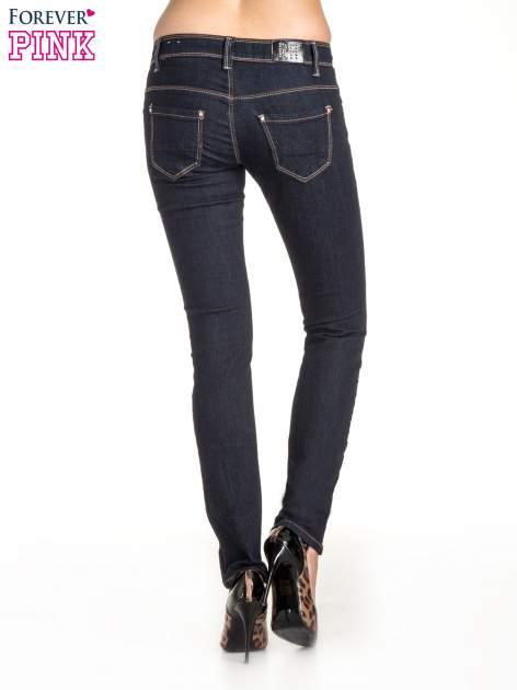 Ciemnoniebieskie klasyczne spodnie jeansowe rurki                                  zdj.                                  2