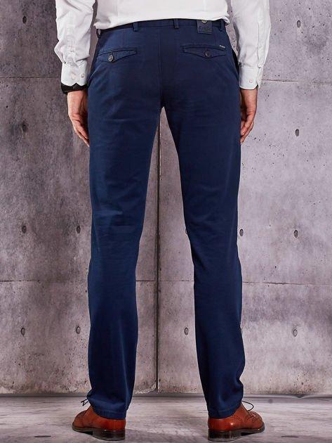 Ciemnoniebieskie materiałowe spodnie męskie chinosy                                  zdj.                                  2