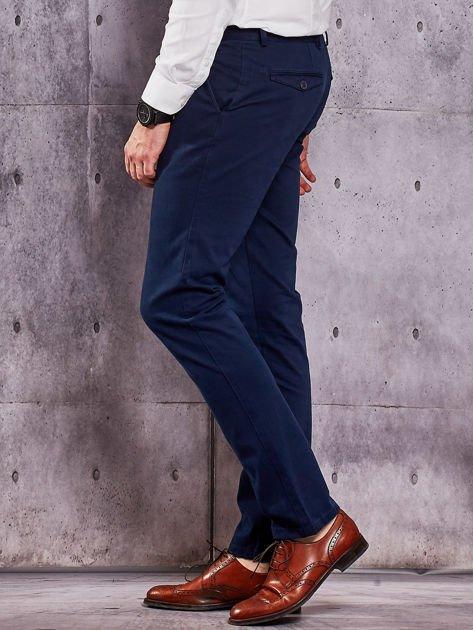 Ciemnoniebieskie materiałowe spodnie męskie chinosy                              zdj.                              3