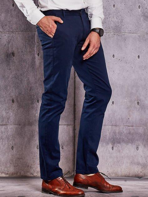 Ciemnoniebieskie materiałowe spodnie męskie chinosy                                  zdj.                                  5