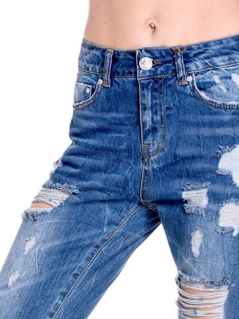 Ciemnoniebieskie spodnie boyfriend jeans z efektem destroyd                                  zdj.                                  7