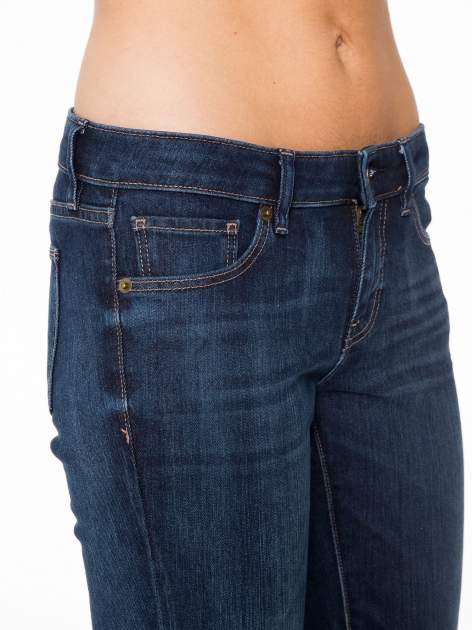 Ciemnoniebieskie spodnie jeansowe rurki                                   zdj.                                  7