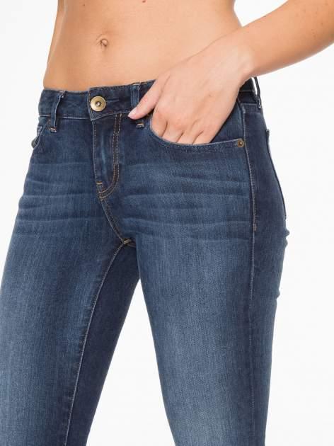 Ciemnoniebieskie spodnie jeansowe rurki z cieniowaniem                                  zdj.                                  8
