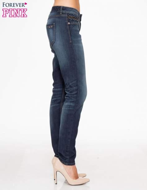 Ciemnoniebieskie spodnie jeansowe rurki z pikowanymi wstawkami                                  zdj.                                  3