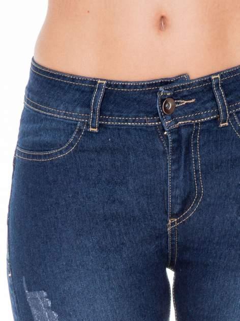 Ciemnoniebieskie spodnie jeansowe rurki z przetarciami                                  zdj.                                  5