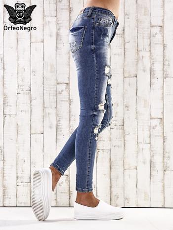 Ciemnoniebieskie spodnie jeansowe rurki z przetarciami i dziurami                                  zdj.                                  2
