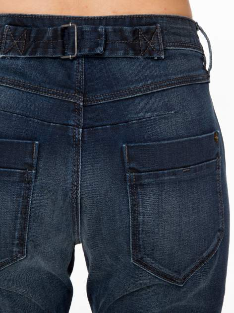 Ciemnoniebieskie spodnie jeansowe rurki z trójkątnymi kieszeniami tylnymi                                  zdj.                                  7