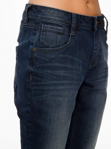 Ciemnoniebieskie spodnie jeansowe rurki z trójkątnymi kieszeniami tylnymi                                  zdj.                                  8