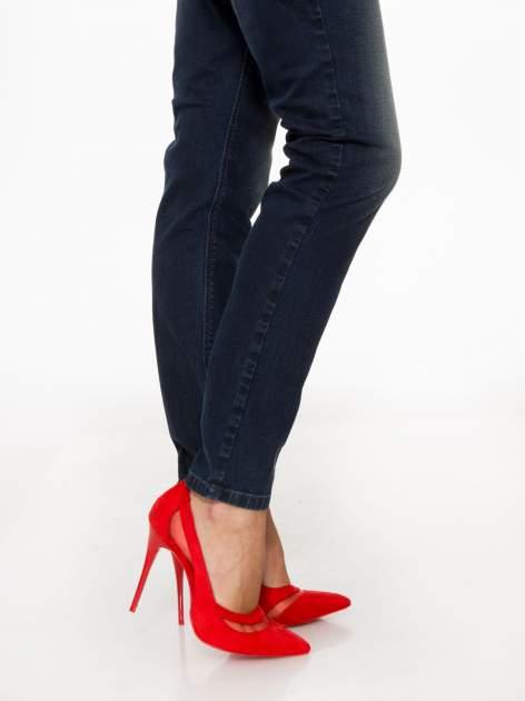 Ciemnoniebieskie spodnie jeansowe rurki z trójkątnymi kieszeniami tylnymi                                  zdj.                                  9