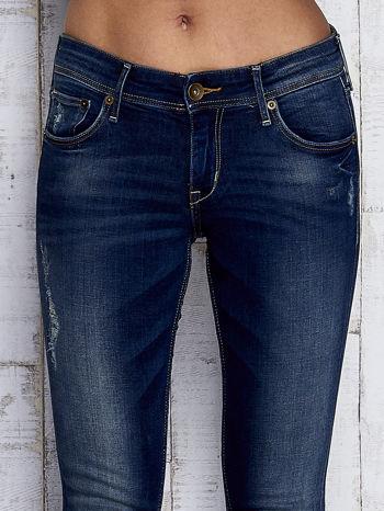 Ciemnoniebieskie spodnie jeansowe z przetarciami                              zdj.                              4