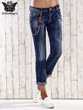 Ciemnoniebieskie spodnie regular jeans z łańcuszkiem                                  zdj.                                  1