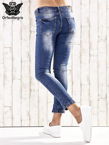 Ciemnoniebieskie spodnie regular jeans z przetarciami
