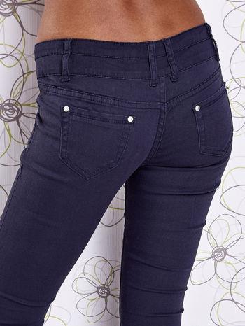 Ciemnoniebieskie strechowe spodnie skinny z kieszeniami                                  zdj.                                  6