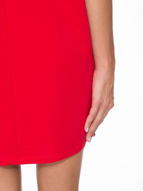 Ciemnoróżowa prosta sukienka z zamkiem z tyłu                                  zdj.                                  8