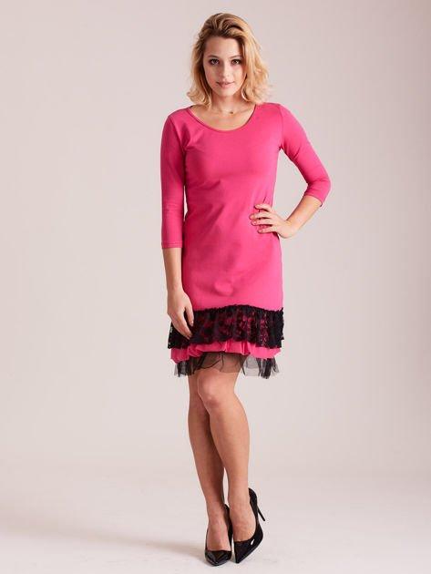 Ciemnoróżowa sukienka z tiulem i koronkową falbaną                              zdj.                              4