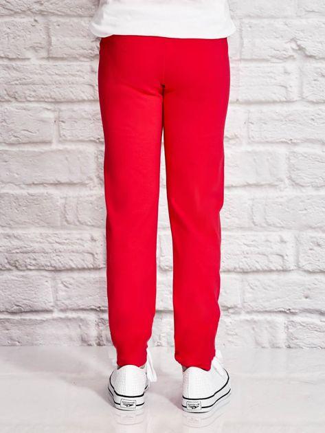 Ciemnoróżowe spodnie dresowe dla dziewczynki z letnim nadrukiem                              zdj.                              3