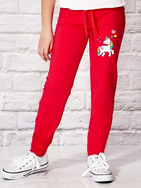 Ciemnoróżowe spodnie dresowe dla dziewczynki z motywem jednorożca                                  zdj.                                  1