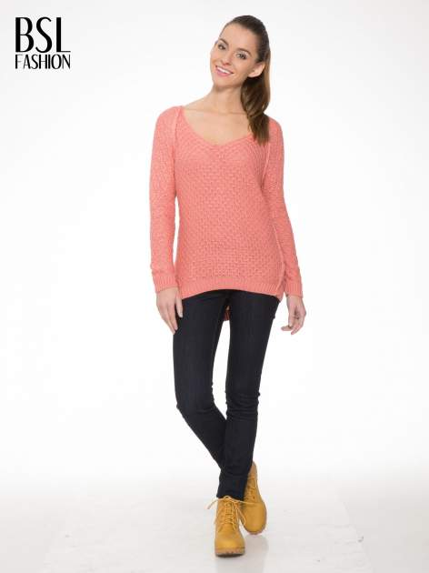 Ciemnoróżowy sweter o ozdobnym ściegu z dekoltem w serek                                   zdj.                                  2