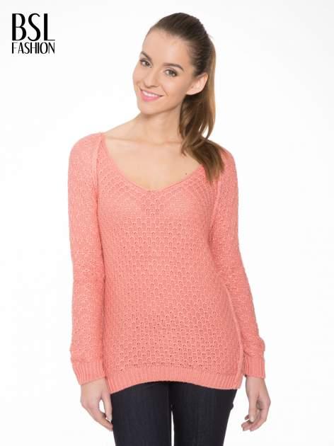 Ciemnoróżowy sweter o ozdobnym ściegu z dekoltem w serek                                   zdj.                                  1