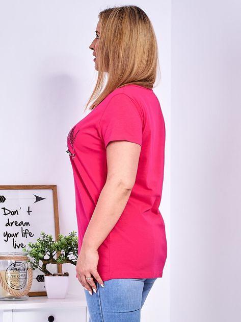 Ciemnoróżowy t-shirt z napisem z perełek PLUS SIZE                              zdj.                              5