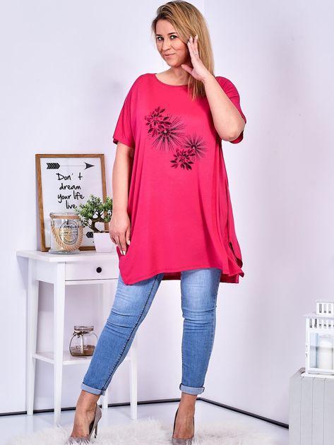 Ciemnoróżowy t-shirt  z roślinnym printem PLUS SIZE                                  zdj.                                  4