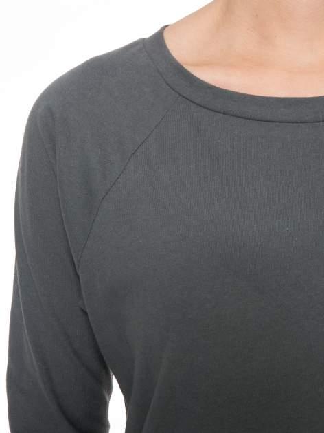 Ciemnoszara bawełniana bluzka z rękawami typu reglan                                  zdj.                                  4