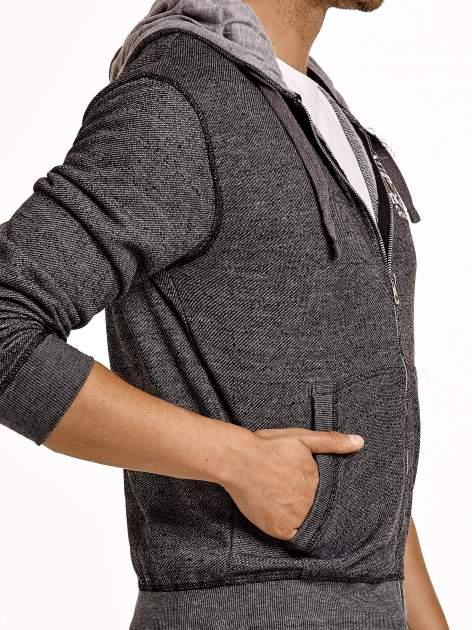 Ciemnoszara sportowa bluza męska na suwak z kapturem i naszywką                                  zdj.                                  6