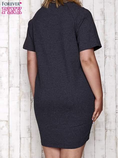 Ciemnoszara sukienka dresowa z silver printem PLUS SIZE                                  zdj.                                  4