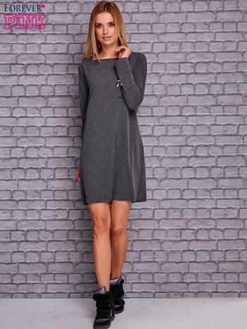 Ciemnoszara sukienka z ozdobną przypinką                              zdj.                              2