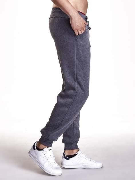 Ciemnoszare dresowe spodnie męskie z trokami w pasie i kieszeniami                                  zdj.                                  2
