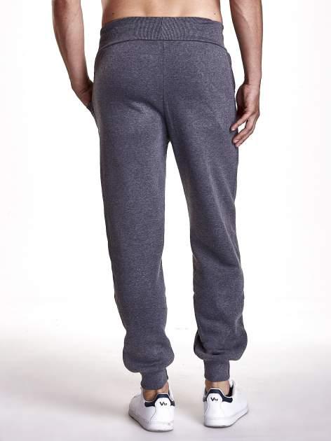 Ciemnoszare dresowe spodnie męskie z trokami w pasie i kieszeniami                                  zdj.                                  3