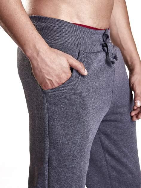 Ciemnoszare dresowe spodnie męskie z trokami w pasie i kieszeniami                                  zdj.                                  5