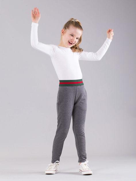 Ciemnoszare dziewczęce spodnie dresowe z kieszeniami                              zdj.                              4