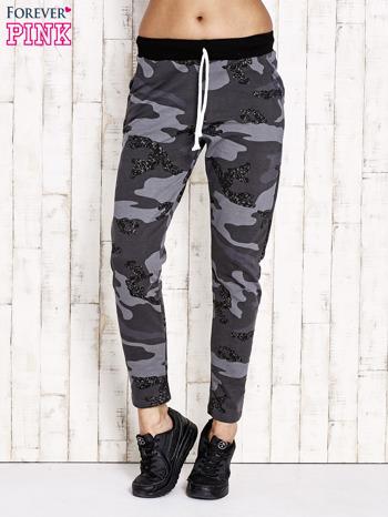 Ciemnoszare ocieplane spodnie dresowe z militarnym motywem                                  zdj.                                  1