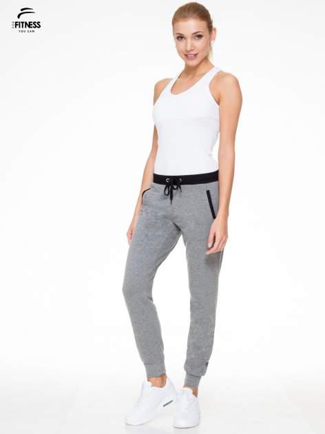 Ciemnoszare spodnie dresowe z kontrastowym pasem i kieszeniami                                  zdj.                                  2