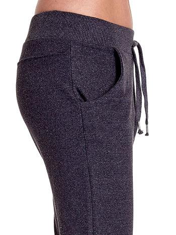 Ciemnoszare spodnie dresowe z prostą nogawką                                  zdj.                                  6
