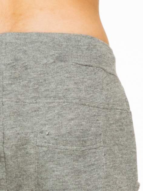 Ciemnoszare spodnie dresowe z wywijanymi nogawkami                                  zdj.                                  5