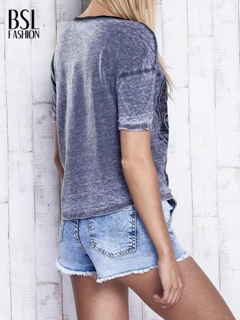 Ciemnoszary dekatyzowany t-shirt z brokatowym nadrukiem                                  zdj.                                  2