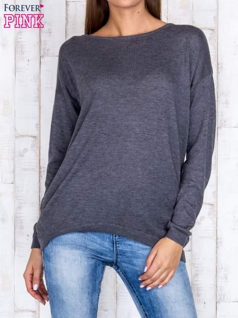 Ciemnoszary nietoperzowy sweter oversize z dłuższym tyłem                                  zdj.                                  1