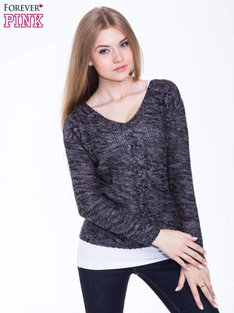 Ciemnoszary sweter z warkoczowym splotem z przodu