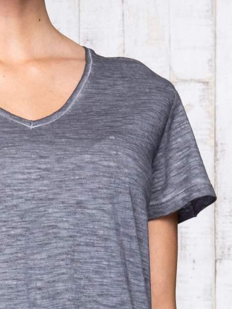 Ciemnoszary t-shirt acid wash z asymetrycznym dołem                                  zdj.                                  6