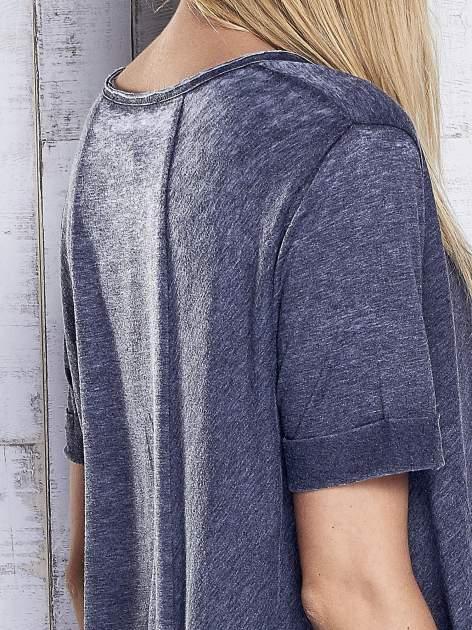 Ciemnoszary t-shirt acid wash z szerokim asymetrycznym dołem                                  zdj.                                  6