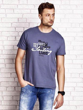 Ciemnoszary t-shirt męski z marynarskim motywem i napisem SAILING                                  zdj.                                  2