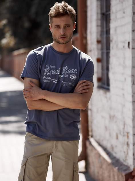 Ciemnoszary t-shirt męski z wyścigowym napisem ROAD RACE