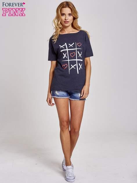 Ciemnoszary t-shirt z motywem serce i krzyżyk                                  zdj.                                  2