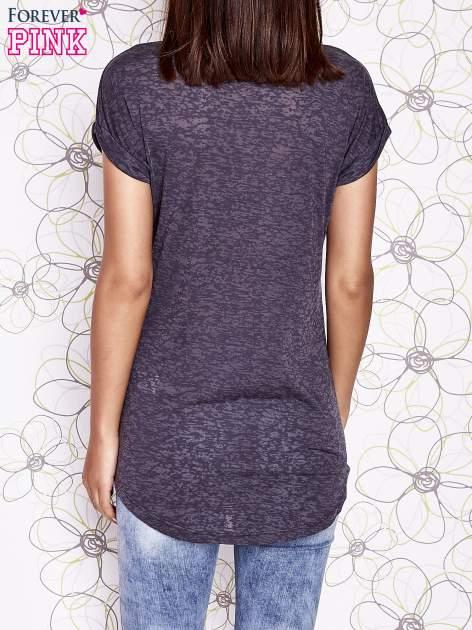 Ciemnoszary t-shirt z nadrukiem pandy                                  zdj.                                  2