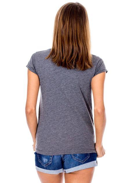 Ciemnoszary t-shirt z nadrukiem roślinnym                              zdj.                              2