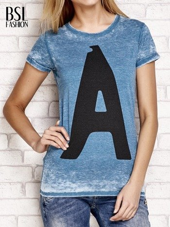 Ciemnoturkusowy t-shirt z literą A                                  zdj.                                  1